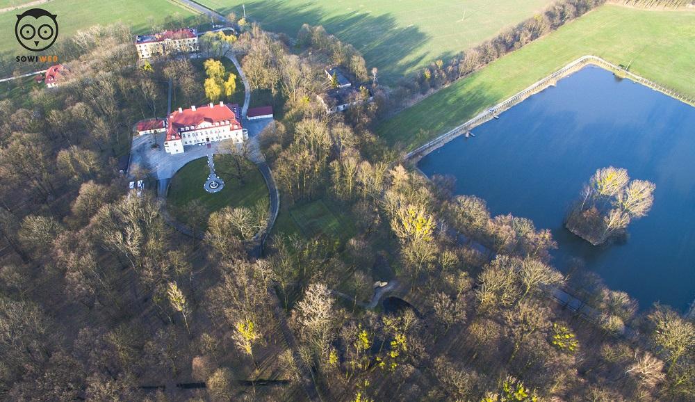 Pałac Izbicko z lotu ptaka. Dron SowiWeb